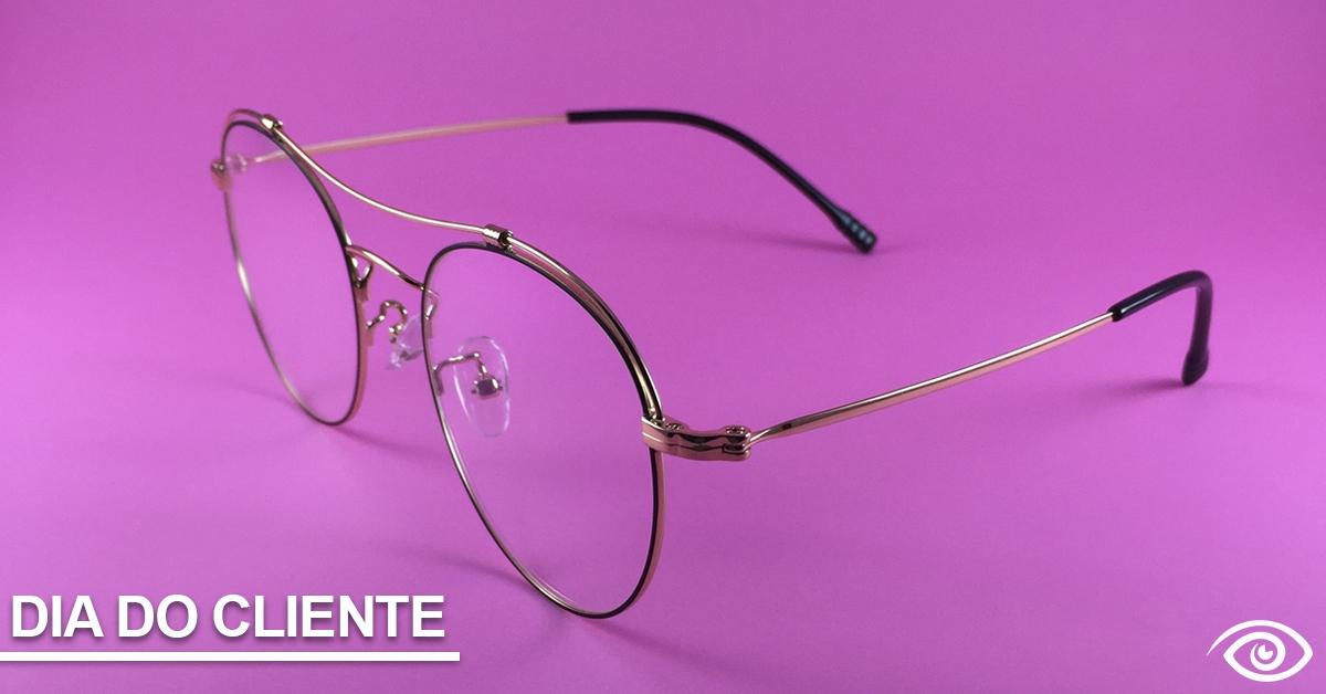 óculos no fundo rosa, com a legenda dia do cliente